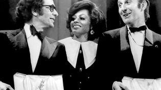 Les réalisateursJerry Schatzberg (gauche) etAlan Bridges (droite) reçoivent la palme d'or exaequo des mains de la chanteuse américaine Diana Ross, à Cannes en 1973. (AFP)