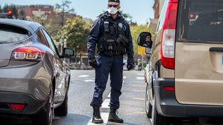 Un policier lors d'un contrôle du respect du confinement à Toulouse (Haute-Garonne), le 8 avril 20202. (FREDERIC SCHEIBER / HANS LUCAS / AFP)