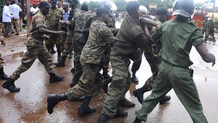 La police guinéenne arrête d'un manifestant à côté du plus grand stade de la capitale du pays, Conakry 28/10/09 (© AFP PHOTO / SEYLLOU)