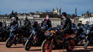 Des motards manifestent contre l'interdiction de circuler entre les files,le 20 février 2021 à Lyon (Rhône). (NICOLAS LIPONNE / HANS LUCAS / AFP)