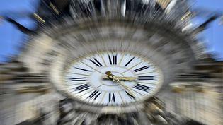 Un horloge à Nantes (Loire-Atlantique), le 26 mars 2017. (LOIC VENANCE / AFP)