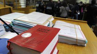Un code pénal lors d'une audience au tribunal de Nîmes (Gard) le 16 décembre 2013. Illustration. (PASCAL GUYOT / AFP)