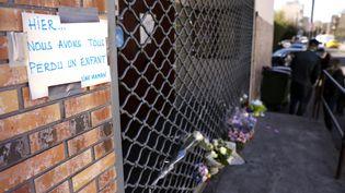 Devant la maison de quartier où un jeune garçon de 15 ans a été tué par balles, le 27 février 2021, à Bondy (Seine-Saint-Denis). (THOMAS COEX / AFP)