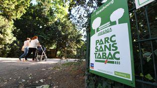 Des panneaux ont été installés aux abords des parcs et jardins de Strasbourg (Bas-Rhin) afin de faire appliquer l'interdiction de fumer, le 30 juin 2018. (SEBASTIEN BOZON / AFP)