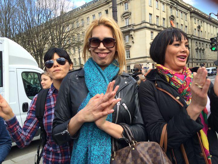 Pamela (au centre) manifeste contre la pénalisation des clients de la prostitution,le 6 avril 2016. (KOCILA MAKDECHE / FRANCETV INFO)