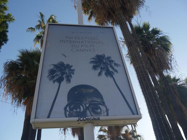 L'affiche du Festival de Cannes parmi les palmiers de la Croisette. (LCA / FRANCEINFO CULTURE)