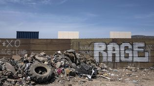 Une barrièreérigée à Tijuana (Mexique), à la frontière avec les Etats-Unis, mardi 3 avril 2018. (GUILLERMO ARIAS / AFP)