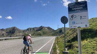 Un cycliste amateur dans les derniers mètres du Port d'Envalira à Andorre, toit du Tour 2021. (AH)