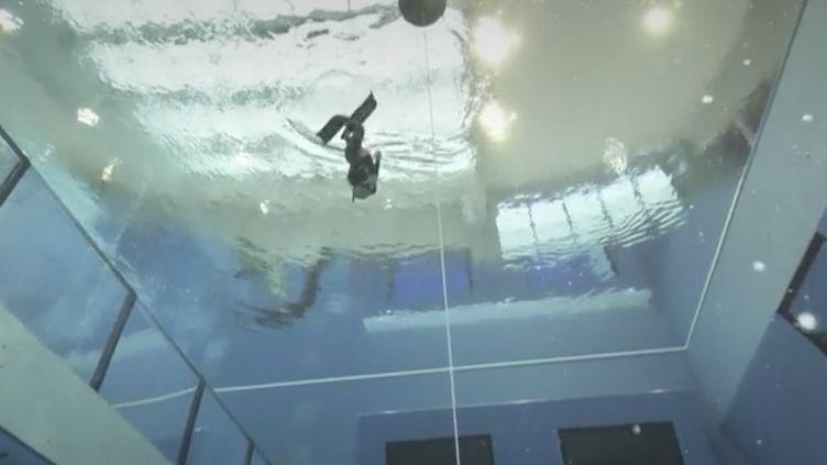 Près de Varsovie(Pologne), une piscine avec une fosse de plus de 45 mètres permet de s'initier, mais aussi de s'entraîner à la plongée.  (FRANCEINFO)