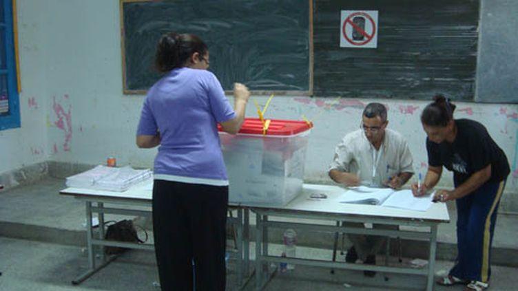 A l'intérieur du bureau de vote de l'école du 5 Décembre. (Laurent Ribadeau-Dumas)