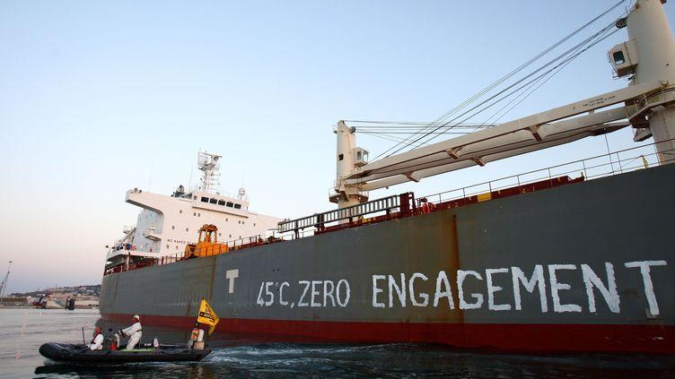 Des activistes de Greenpeace bloquent un cargo de soja, le 29 juin 2019 à Sète (Hérault). (CHAUVEAU / SIPA)