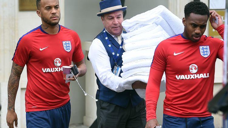 Les joueurs anglais Ryan Bertrand (gauche) et Danny Rose (droite) quittent leur hôtel à Chantilly pour rejoindre leur camp d'entraînement le 9 juin 2016. (PAUL ELLIS / AFP)