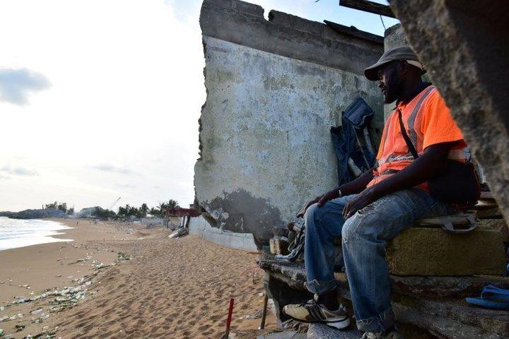 Dans les ruines d'un hôtel détruit par la montée des eaux sur la plage de Vridi près d'Abidjan (Côte d'Ivoire) le 14 novembre 2016 (ISSOUF SANOGO / AFP)