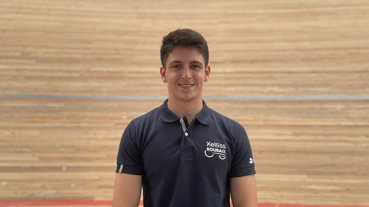 Théo Bracke, double champion de France de cyclisme sur piste, au vélodrome JeanStablinski de Roubaix. (MANON MELLA / FRANCEINFO)