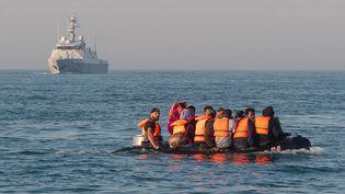 Une embarcation de fortune dans la Manche, en octobre 2020. (MAXPPP)