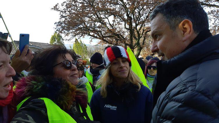 Environ 200 gilets jaunes ont sonné chez le maire de Montélimar, Franck Reynier. (RODRIGUEZ NATHALIE / RADIOFRANCE)