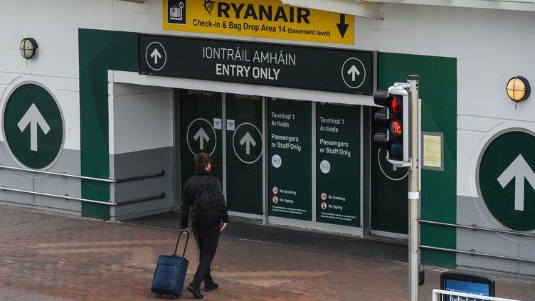 Un passager se dirige vers un terminal de l'aéroport de Dublin (Irlande), le 22 mars 2021. (ARTUR WIDAK / NURPHOTO / VIA AFP)