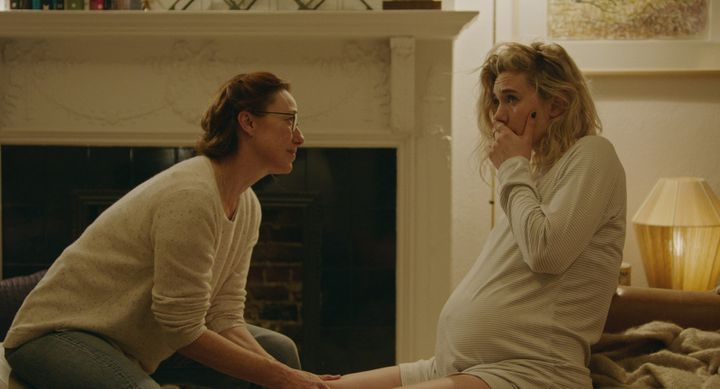 "Martha (Vanessa Kirby) face à sa sage femme (Molly Parker) dans ""Pieces of a woman"".  (BENJAMIN LOEB / NETFLIX)"