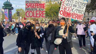 Des étudiantes sages-femmes manifestent à Paris, vers la gare Montparnasse, le 7 octobre, pour la cinquième grève des sages-femmes de l'année, qui réclament reconnaissance et revalorisation. (CHLOÉ CENARD / FRANCEINFO)