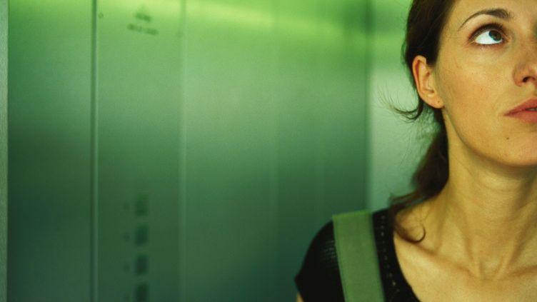 Une femme qui redoute sa présence seuledans un ascenseur - hjuin 2009 (KATARINA SUNDELIN / ALTOPRESS / AFP)