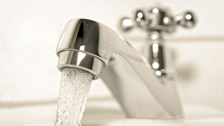 Un robinet d'eau ouvert dans une salle de bain le 20 janvier 2015. (WINFRIED ROTHERMEL / PICTURE ALLIANCE)
