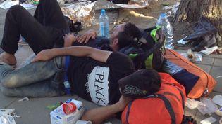 Des migrants dorment par terre à la gare de Tovarnik (Croatie). (ELISE LAMBERT / FRANCETV INFO)