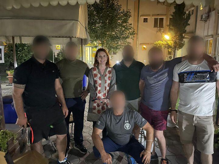 Victoria Fontan avec des Géorgiens qui lui ont donné un sac à dos afin qu'elle puisse être transférée plus facilement, à Kaboul,le week-end du 15août 2021. (VICTORIA FONTAN)