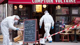 Des membres de la police scientifique enquêtent sur la terrasse du Comptoir Voltaire, à Paris, le 14 novembre 2015. (MAXPPP)