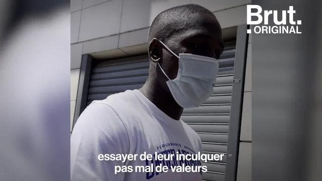 Le mois dernier, il remportait sa première ceinture internationale au Texas devant plus de 70 000 personnes. Quand il n'est pas sur le ring, il entraîne les jeunes et partage les valeurs de la boxe dans le quartier de son enfance à Paris. Brut a rencontré Souleymane Cissokho.