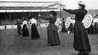 Epreuve de tir à l'arc féminin. (HULTON ARCHIVE / GETTY IMAGES)