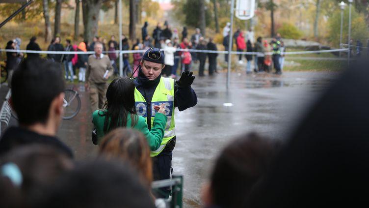 La police a fait usage d'armes à feu contre l'agresseur, jeudi 22 octobre 2015 àTrollhättan (Suède). (BJORN LARSSON ROSVALL / TT NEWS AGENCY / AFP)