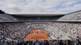 Préparation du court Central pourla remise des trophées après la finale dames de Roland-Garros, le 12 juin 2021. (NICOL KNIGHTMAN / NICOL KNIGHTMAN / AFP)