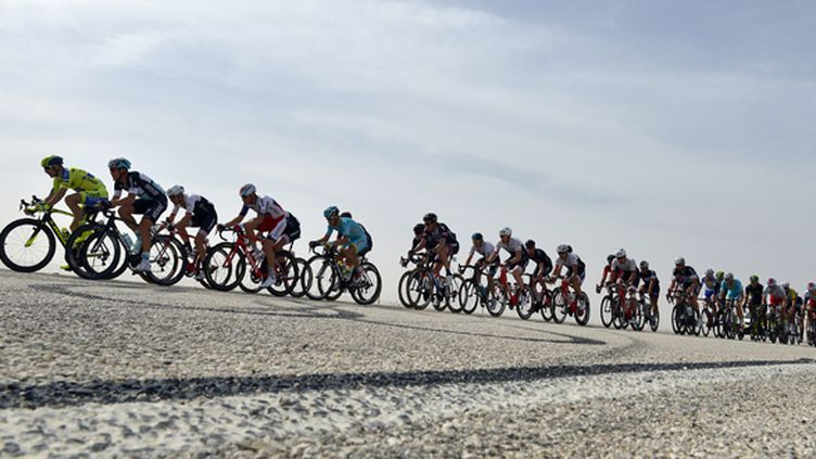Le Tour du Qatar passe par le désert. (LIONEL BONAVENTURE / AFP)