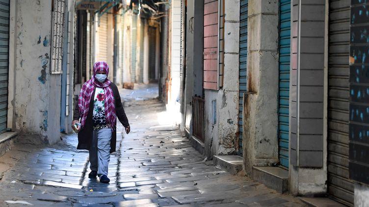 Le souk de Tunis quasi désert au premier jour du confinement décrété pour la dernière semaine du ramadan, le 9 mai 2021 (FETHI BELAID / AFP)