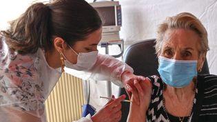 Une infirmière administrant une dose de vaccin contre le Covid-19, à l'hôpital de Dunkerque (Nord), le 17 février 2021. (DENIS CHARLET / AFP)