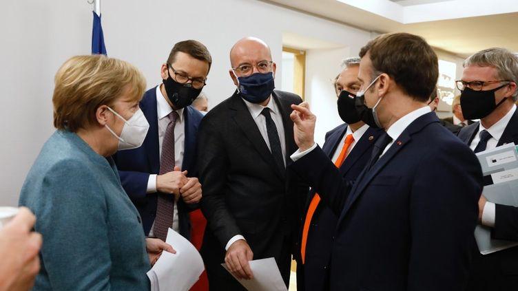 La chancelière allemande, Angela Merkel (à gauche), le président du Conseil européen, Charles Michel (au centre) et le président français, Emmanuel Macron, assistent au sommet de l'Union européenne, à Bruxelles, le 11 décembre 2020. (EUROPEAN COUNCIL/ POOL / ANADOLU AGENCY / AFP)