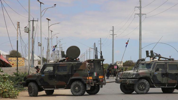 Une route bloquée après que des militants affiliés à Al-Qaida ontpris d'assaut la base militaire des forces spéciales américaines de Baledogle, en Somalie, le 30 septembre 2019. (SADAK MOHAMED / ANADOLU AGENCY / AFP)
