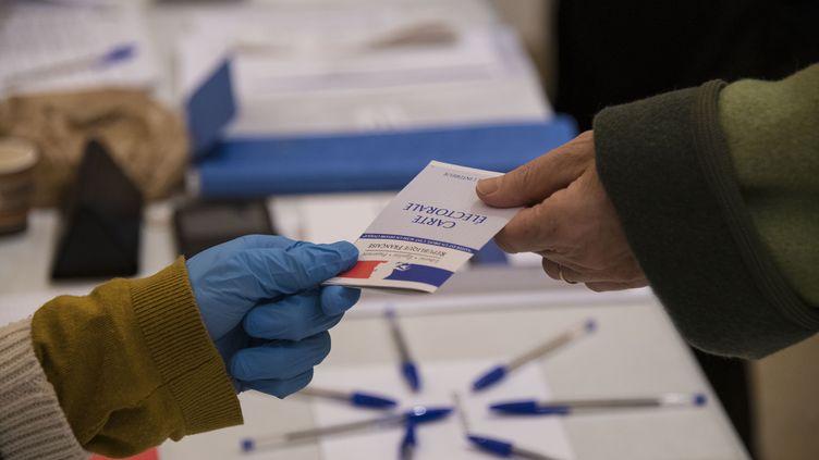 Une électrice vote à Mulhouse (Haut-Rhin), le 15 mars 2020. (SEBASTIEN BOZON / AFP)
