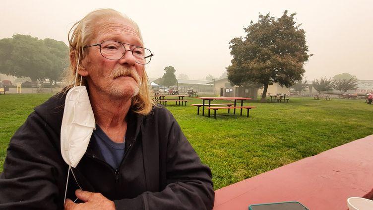 """Richard a tout perdu, sa caravane qui était son domicile, engloutie dans des """"flammes de dix mètres de haut"""". Il décrit """"l'enfer"""", des images qu'il n'oubliera """"jamais"""". (BENJAMIN  ILLY / FRANCE-INFO)"""