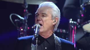 "David Byrne reprend ""Fame"" de Bowie au Rock & Roll Hall of Fame le 8 avril 2016.  (Theo Wargo / Getty Images / AFP)"