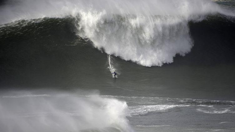 Le surfeur Kai Lenny, à Nazaré (MIGUEL RIOPA / AFP)