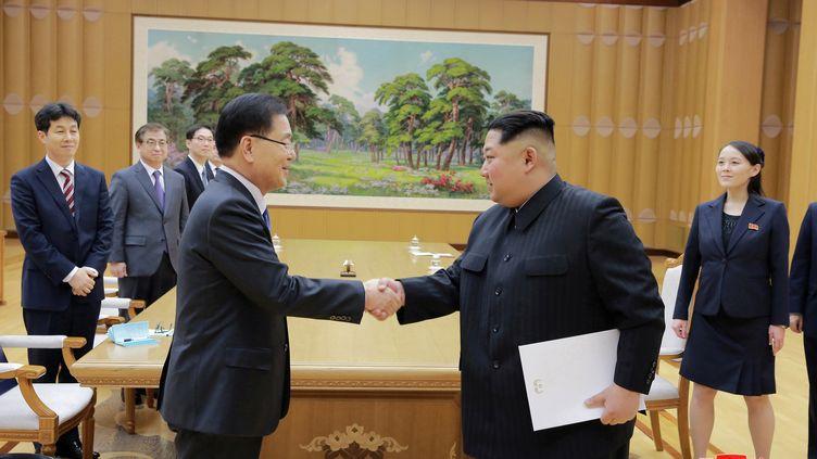 Le leader nord-coréen, Kim Jong-un (à dr.), serre la main du conseiller sécurité du président sud-coréen, Chung Eui-yong, le 6 mars 2018, à Pyongyang (Corée du Nord). (KCNA / REUTERS)