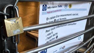 Une station de métro fermée, lors de la grève de la RATP, le 13 septembre 2019. (STEPHANE DE SAKUTIN / AFP)