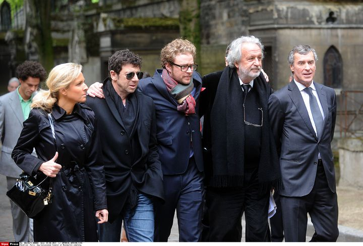 Patrick Bruel (deuxième à gauche) et Jérôme Cahuzac (à droite) à l'enterrement deGuy Carcassonne, à Paris, lundi 3 juin. (ANTONIOL ANTOINE/SIPA)