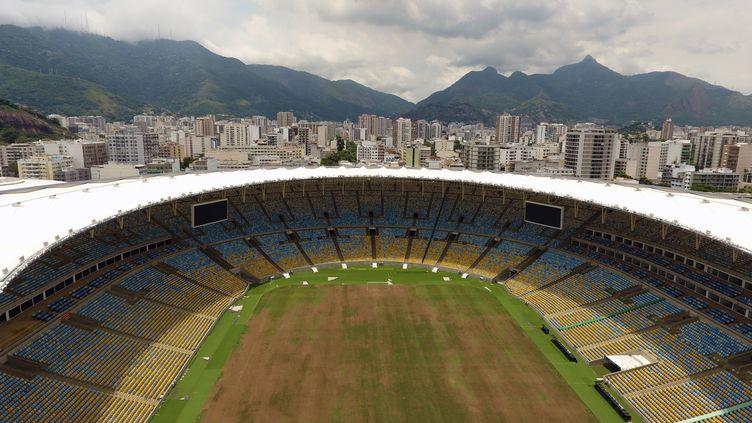 Le stade Maracana et sa pelouse jaunie car à l'abandon durant trois mois après les JO-2016 (VANDERLEI ALMEIDA / AFP)