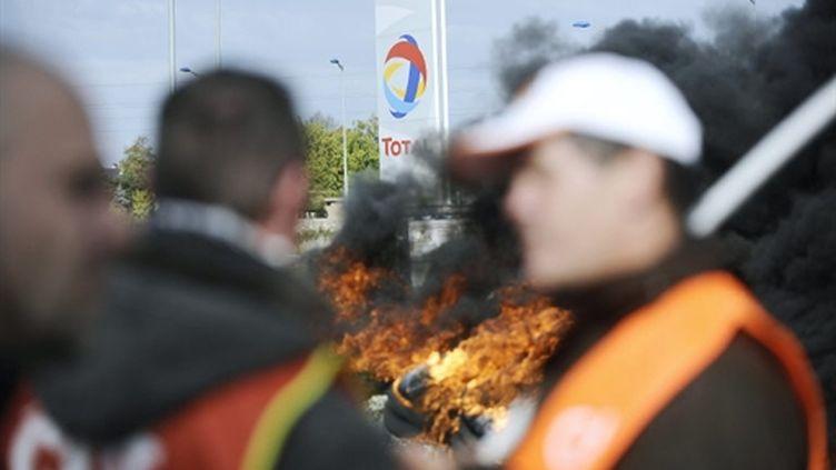 Des grévistes bloquent le dépôt de Donges dans le cadre du mouvement contre la réforme des retraites (18/10/2010). (AFP)