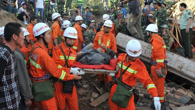 Des secouristes évacuent un blessé au lendemain des séismes qui ont frappé la région du Gansu, en Chine, mardi 23 juillet 2013. (SHI YONGHONG / XINHUA / AFP)