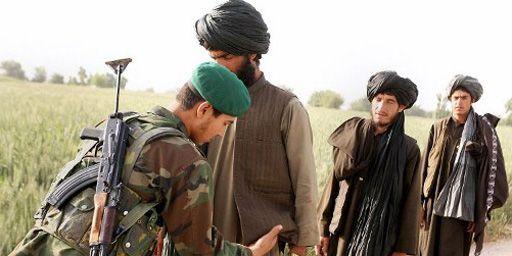 Soldat de l'Armée nationale afghane à un poste de contrôle dans la province de Kandahar (sud de l'Afghanistan) le 28 avril 2006. (AFP - John D Mchugh)