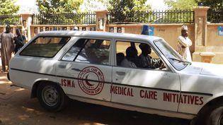 Une ambulance évacue un blessé dans la ville de Potiskum, au nord est du Nigeria, le 1er février 2015. (AMINU ABUBAKAR / AFP)