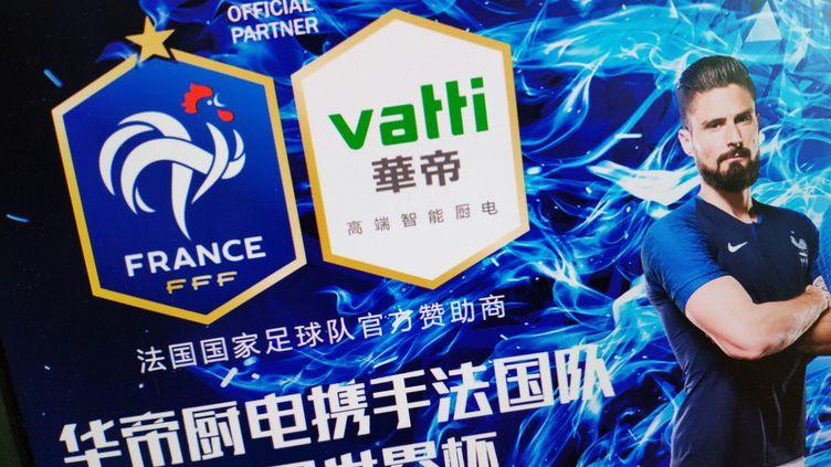 Publicité de l'entreprise chinoise Vatti, sponsor des Bleus, le 3 juillet 2018. (DA QING / AFP)